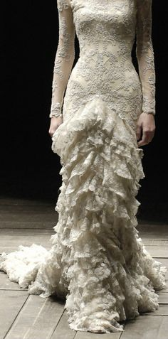 Today we are remembering and celebrating the life of an amazing fashion designer, Lee Alexander McQueen. Alexander McQueen was born on this day in 1969 and died Beautiful Gowns, Beautiful Outfits, Beautiful Witch, Bridal Gowns, Wedding Gowns, Bridal Lace, Lace Wedding, Alexander Mcqueen, Vestidos Fashion