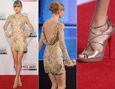 Taylor Swift mostrou as pernas em um vestido nude curtinho de mangas longas da grife Zuhair Murad! Cheio de bordados, ele ainda recebe decote poderoso nas costas. Sexy! Tay combinou a peça com sandália dourada.