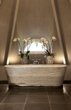 Concrete Bath- so romantic with orchids Bathroom Spa, Bathroom Toilets, Bathroom Fixtures, Bathroom Interior, Bathroom Ideas, Interior And Exterior, Interior Design, Tadelakt, Bathroom Design Small
