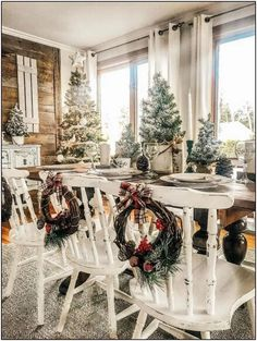 Just Life And Coffee Stunning Farmhouse Christmas Decor Inspiration! Just Life And Coffee Farmhouse Christmas Decor, Christmas Table Decorations, Decoration Table, Outdoor Christmas, Rustic Christmas, Christmas Home, Holiday Decor, Tree Decorations, Christmas Crafts