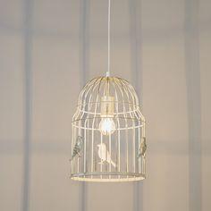 Eine #Pendelleuchte in Form eines Vogelkäfigs. Diese markante und einzigartige #Pendelleuchte ist ein Blickfang in Ihrem Haus. Darüber hinaus wird von den Vögeln auf der Hängelampe ein schöner #Lichteffekt erzeugt.  #lampenundleuchten.at
