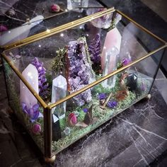 Are you trying to beautify your apartment decorating with some crystal decoration? Well, if you are, then you have come to the right place. Decorating your apartment can be a tricky task to do. Crystal Room, Crystal Altar, Crystal Garden, Crystal Decor, Crystal Healing, Crystal Magic, Crystal Jewelry, Quartz Crystal, Autel Wiccan