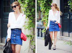 Falda de mezclilla con botones delanteros con blusa blanca