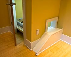 Hide the litter box in a small closet. Kitty has a side entrance. Could build shelves in the closet to store extra litter and food. Cat Condo, Pet Furniture, Cheap Furniture, Cat Room, Litter Box, Diy Stuffed Animals, Innovation Design, Home Projects, House Design