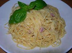 Das perfekte Spaghetti Carbonara-Rezept mit Bild und einfacher Schritt-für-Schritt-Anleitung: Zunächst die Milch/Sahne in einem Topf zusammen mit Parmesan…