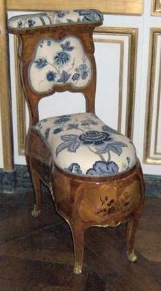 Bidet of Louis XV in Bellevue, guard of Louis XV delivered in August 1751 for Madame de Pompadour for the castle of Bellevue, but placed in the guard of Louis XV in Bellevue. Victorian Furniture, French Furniture, Unique Furniture, Antique Furniture Restoration, Luis Xvi, Bidet, Antique Interior, French Chairs, Old Chairs