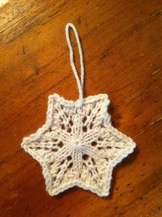 34 best Ideas for knitting christmas ornaments snowflakes Knitted Christmas Decorations, Knit Christmas Ornaments, Xmas, Christmas Tree, Yarn Projects, Knitting Projects, Crochet Projects, Crochet Snowflakes, Snowflake Pattern