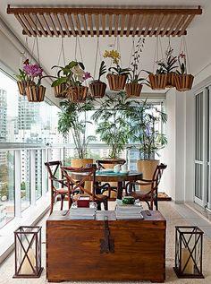 A paisagista Paula Galbi recebeu uma difícil missão: expor as orquídeas da moradora. O problema é que a varanda já estava ocupada pela sala de televisão, de um lado, e mesa, do outro. Para driblar a falta de espaço, ela criou um jardim no teto