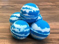 ideas bath bombs in water stress Bath Booms, Homemade Bath Bombs, Homemade Soaps, Homemade Products, Bath Fizzies, Bath Salts, Lush Bath Bombs, Bath Bomb Recipes, Bath And Body Works
