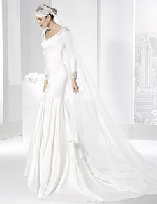 Trajes de novia línea sirena con escote en pico en delantero y espalda.