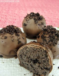 Discover the stuff dreams are made of: Easy OREO Truffles! Blend cream cheese & OREO Cookie crumbs for the blissful centers of these Easy OREO Truffles. Small Desserts, Cookie Desserts, Cupcake Cookies, Just Desserts, Oreo Cake Recipes, Dessert Recipes, Oreos, Chocolates, Oreo Truffles Recipe