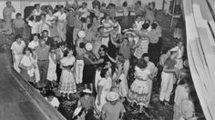 Galera muito animada fazendo trenzinho no baile de Carnaval do ano de 1953