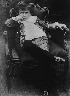 Hoy hace 119 años que nació Aldous Huxley: «That men do not learn very much from the lessons of history is the most important of all the lessons of history.» (En la foto, Huxley vestido como un caballerete de 6 años, en 1900.) http://www.veniracuento.com/