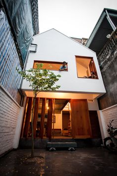 Urban Niche: Townhouse & Courtyard Fill Thin Lot in Hanoi
