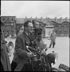 Willy Ronis (sur sa moto) et Pierre Jahan, deux membres du Groupe des XV, Paris (Marcel Bovis, avril 1950)