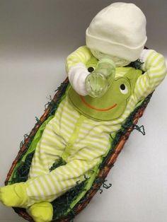"""Feeding time baby diaper cake from """"My Baby Cakes"""" www.mybabycake… - Baby Diy- Fütterungszeit Babywindeltorte von """"My Baby Cakes"""" www.mybabycake … – Baby Diy Feeding time baby diaper cake from """"My Baby Cakes"""" … - Regalo Baby Shower, Baby Shower Crafts, Baby Shower Diapers, Shower Gifts, Baby Boy Shower, Baby Showers, Handgemachtes Baby, Diy Baby, Baby Toys"""