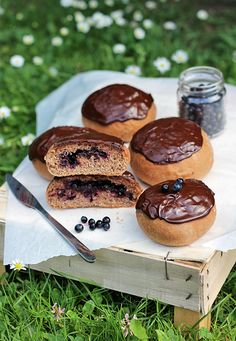 Jagodzianki - Polish blueberry buns with chocolate. (in Polish with translator) Summer Recipes, Blueberry, Muffin, Polish, Cake Pop, Meals, Dishes, Cookies, Chocolate