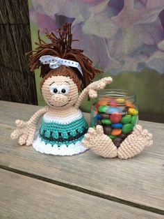 Afbeeldingsresultaat voor potes decorados com croche amigurumi Crochet Doll Pattern, Crochet Dolls, Crochet Patterns, Crochet Cozy, Crochet Gifts, Handmade Crafts, Diy And Crafts, Crochet Jar Covers, Crochet Bookmarks