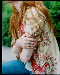 Florence Welch candidly reflects on loneliness, despondency, recalls the messy days that framed her and expound self-acceptance On High As Hope her latest and most intimate record due to tomorrow. Estilo Florence Welch, Florence Welch Tattoo, Florence Welch Style, Florence Welch Hair, Jemima Kirke, Florence The Machines, Estilo Boho, Belleza Natural, Mannequins