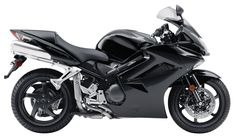 Puissante, richement équipée de détails de confort, la VFR 800 FI s'impose dans la lignée des routières hautes de gamme. Avec cette Honda Sportive, découvrez le plaisir que procure un quatre cylindres en V. Le moteur de l'engin est souple et coupleux, même à bas régime. Hormis le confort appréciable, la moto japonaise est polyvalente. Son pilotage est autorisé dans toutes les conditions routières.