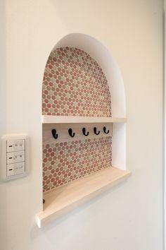 ニッチの中にもタイルを敷きつめて。#ニッチ #タイル #こだわり #デザイン住宅 愛知(豊橋・豊川・新城)の注文住宅なら「ハピナイス」。あなたらしさをプラスしたデザイン注文住宅。ライフスタイルに合わせて、暮らしを楽しむオンリーワンの家づくりをいたします。 Simply Home, My Room, House Plans, Diy And Crafts, Wall Decor, Display, Design, Home Decor, Shelves