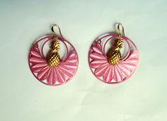 Boucles d'oreilles créoles palmes roses et ananas dorés en laiton : Boucles d'oreille par c-vintage