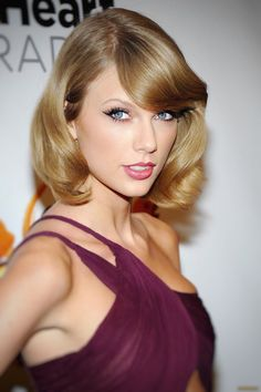 Taylor Swift she is a singer, songwriter and actress : who made her debut in the music industry in 2006 Taylor Swift Hot, Selena And Taylor, Taylor Swift Style, Taylor Swift Makeup, Taylor Swift Bangs, Red Taylor, Taylor Swift Pictures, Her Hair, Hollywood Celebrities