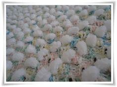 Manta de Bebê Feita Em Crochê Com Lã Pompom – Material e Vídeo. Criatividade e artesanato estão sempre de mãos dadas. O artesanato exige de quem o pratica uma certa concentração, um estado de alma mais controlado e tranqüilo.