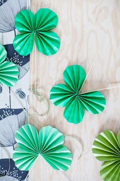 Fold your way to a happy St. Patrick's Day with these #DIY #shamrock fans!