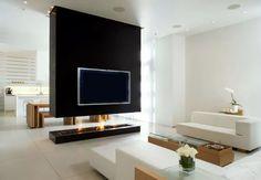 Parete sospesa che divide soggiorno da cucina - camino a bioetanolo e televisione per un perfetto open space