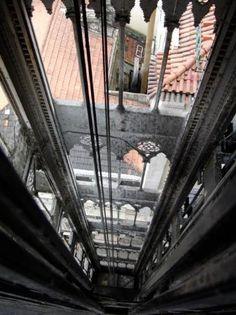 Elevador de Santa Justa también llamado Elevador do Carmo. Une los barrios de la Baixa Pombalina y el Chiado en Lisboa. Fue diseñado por Raoul Mesnier de Ponsard, que también se responsabilizó, en esta misma ciudad, de la construcción del Elevador do Lavra. La construcción del ascensor comenzó en 1900 y finalizó en 1902. Inicialmente funcionaba con vapor, siendo sustituida la maquinaria original en 1907 por motores eléctricos.
