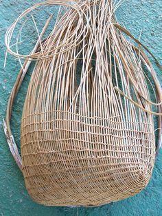 jawus basket in progress from the nywaigi, gugu badhun, warrgamay… Willow Weaving, Bamboo Weaving, Basket Weaving, Paper Weaving, Weaving Art, Textile Texture, Textile Art, Aboriginal Art, Nature Crafts