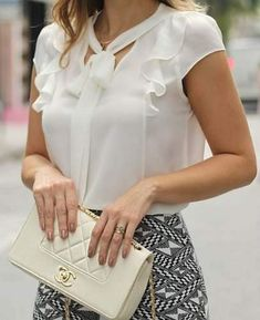 Risultati immagini per blusas de chifon Blouse Patterns, Blouse Designs, Blouse Vintage, Office Fashion, Blouse Styles, Corsage, Fashion Outfits, Womens Fashion, Woman Clothing