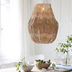 Un lustre tout en perles de bois / A chandelier with only pearls of wood