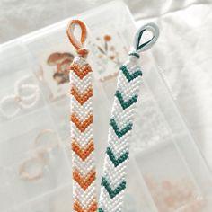 String Bracelet Patterns, Diy Bracelets Patterns, Yarn Bracelets, Diy Bracelets Easy, Embroidery Bracelets, Summer Bracelets, Bracelet Designs, Handmade Bracelets, String Bracelets