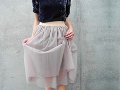 Ever since Sex and the Citys Carry Bradshaw made an appearance in a tulle skirt, it has became a fashion staple. Nina Mélimélo shows you how you can sew an organza skirt for yourself. Diy Tutu, Diy Tulle Skirt, Diy Couture, Couture Sewing, Clothes Crafts, Sewing Clothes, Diy Fashion, Fashion Outfits, Diy Vetement