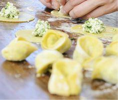 Spinat-Lachs-Ravioli mit Zitronen-Thymian-Butter  Es gibt unzählige Möglichkeiten, Ravioli zu füllen, diese Variante ist eine davon. Hinsichtlich Abwandlungen sind der Kreativität wie immer keine Grenzen gesetzt.