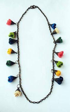 Colar em corrente e peças de montagem em ouro velho, com flores coloridas de crochê.
