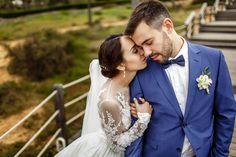 Эмоциональный портрет жениха и невесты, средний план