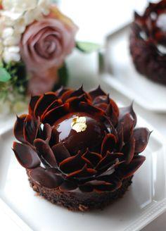 Suklaa leivos suklaakukka / chocolate flower petit four Chocolate Pastry, Chocolate Art, Chocolate Desserts, Chocolate Flowers, Baking Chocolate, Chocolate Brownies, Fancy Desserts, Delicious Desserts, Dessert Recipes