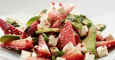 Raikas kesäsalaatti syntyy pehmeän täyteläisestä Apetina®-juustosta, tuoreista mansikoista ja vesime-lonista.