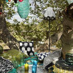 On aménage un coin pique-nique bohème dans le jardin avec des suspensions à énergie solaire, des coussins et de jolis verres IKEA