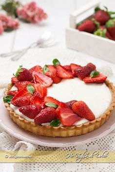 Crostata di fragole e crema allo yogurt un dolce fresco, cremoso e facile da preparare. Una ricetta facile, veloce, perfetta come goloso dolce estivo.