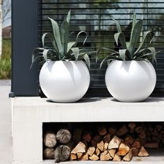 Easy to plant thanks to the raised bottom, the Pure Ball Pot in White is a beautiful yet functional.