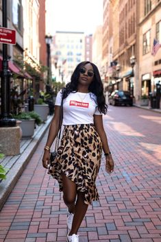 T-shirt, leopard ruffle skirt and sneakers 2019 Printed Skirt Outfit, Leopard Skirt Outfit, Dress And Sneakers Outfit, Skirt And Sneakers, Leopard Print Skirt, Printed Skirts, Nike Sneakers, Nike Shoes, Classy Outfits