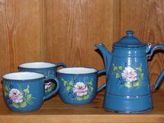 Esmalte azul muy antiguo juego de té. Relieve patrón de rosas de té. Precioso!