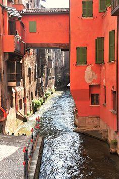 Canal delle Moline, Bologna, Emilia Romagna, Italy www.brickscape.it #turismoesperienziale #brickscape #turismo