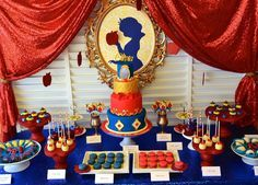 Snow White Party Theme for a princess party // Snow White dessert table Shower Party, Baby Shower Parties, Snow White Cake, Baby Snow White, Deco Buffet, White Desserts, Snow White Birthday, White Baby Showers, Quinceanera Themes