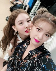 Twice-Jeongyeon & Nayeon 181101 Kpop Girl Groups, Korean Girl Groups, Kpop Girls, Twice Jungyeon, Twice Kpop, Extended Play, K Pop, Selfies, Text For Her