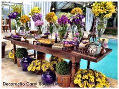 Decoração mesa de doces - amarelo e roxo - arranjos em forma de bouquet - déco…